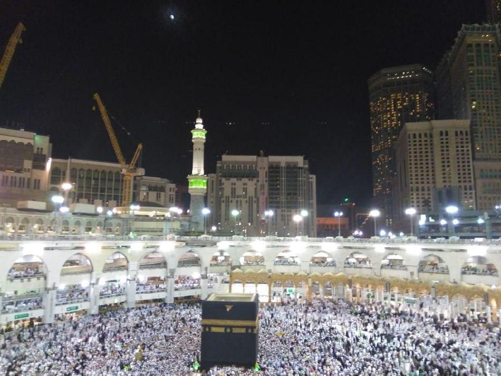 Penampakan Gerhana Bulan Total di Langit Makkah