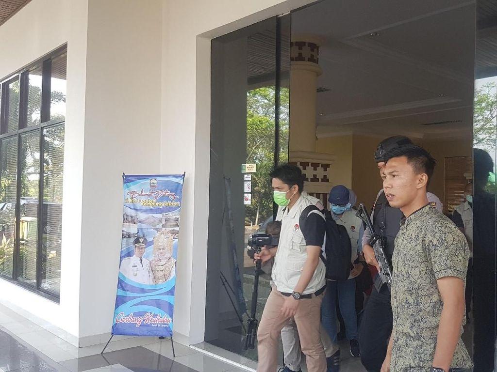 Geledah Ruang Bupati Lampung Selatan, KPK Bawa 1 Koper Dokumen