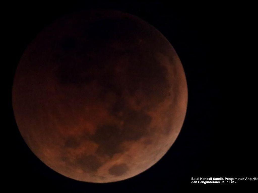Potret Gerhana Bulan Total yang Pukau Indonesia