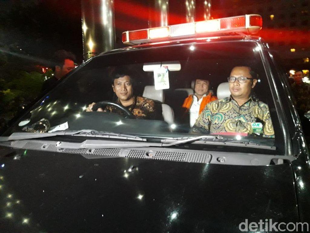 Ditahan KPK, Bupati Lampung Selatan Tertunduk Lesu