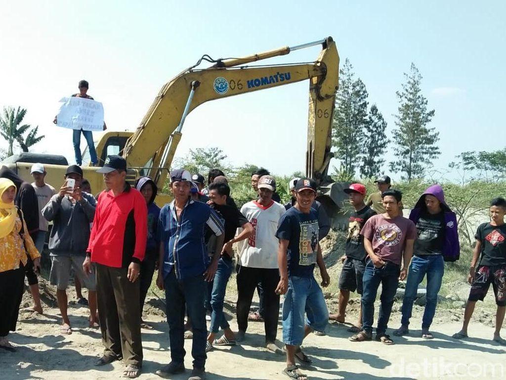 Protes Tambang Liar, Warga di Jombang Duduki Alat Berat
