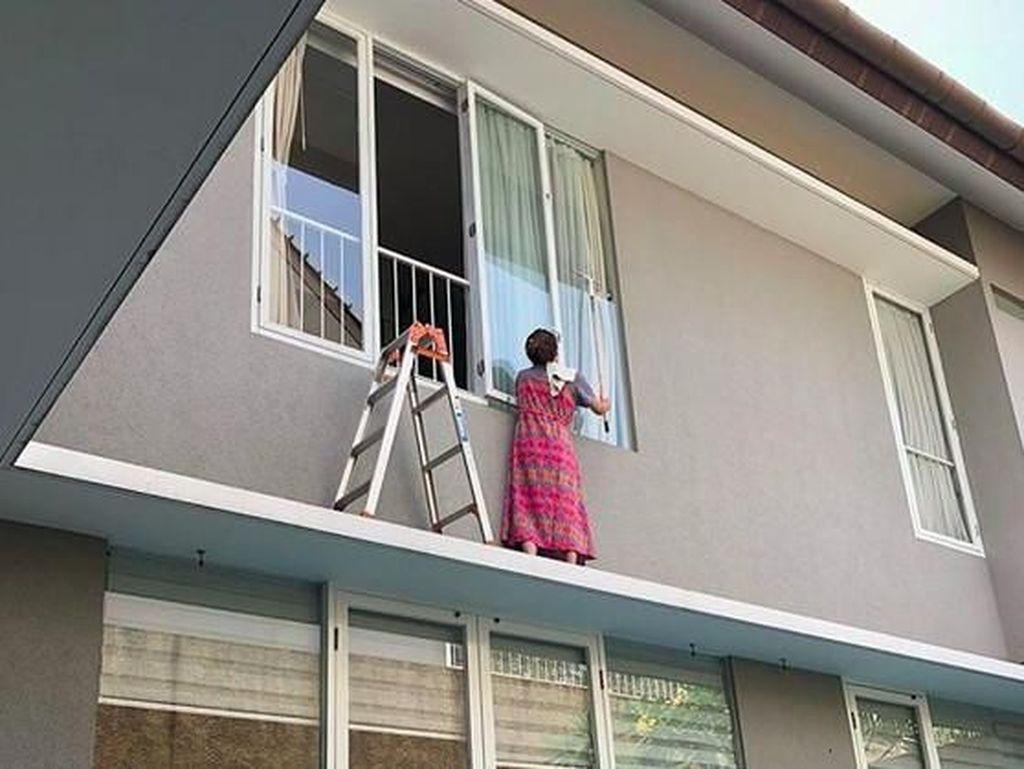 Wonder Woman! Aksi Sarwendah Bersihkan Kaca Jendela ini Banjir Pujian