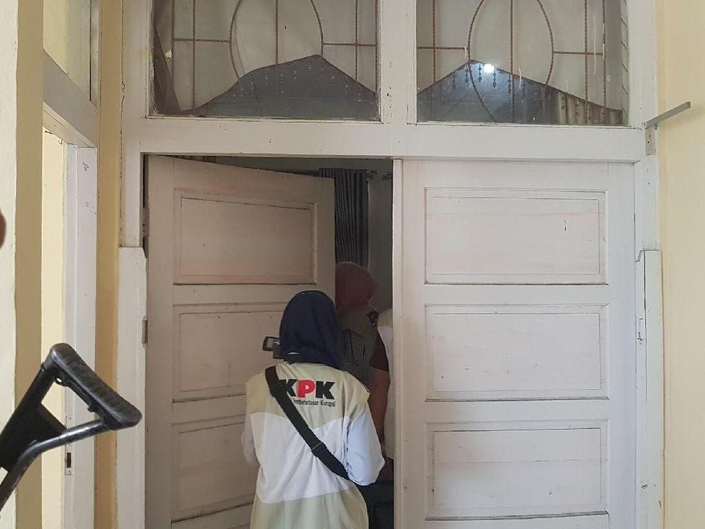 Foto: KPK Geledah-Bawa 1 Koper dari Ruangan DPRD Lampung Selatan