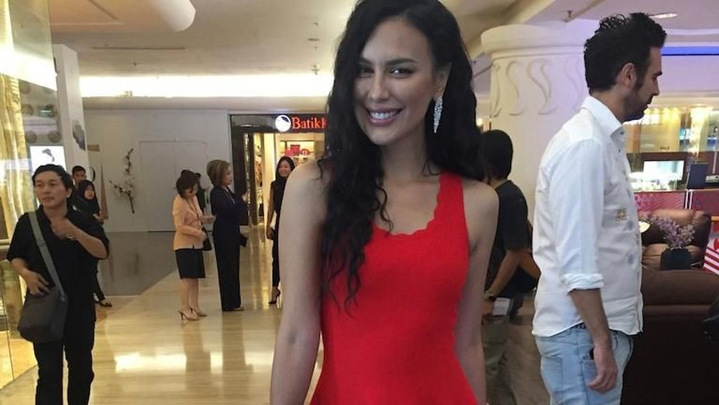 Hot in Red! Seksinya Sophia Latjuba Bergaun Merah