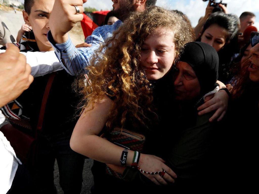 Tangis Haru Sambut Bebasnya ABG Penampar Tentara Israel