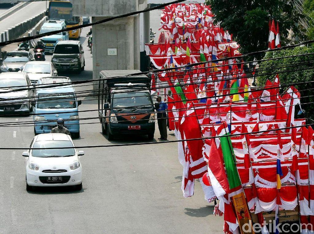 Pedagang Bendera Merah Putih Menjamur di Matraman