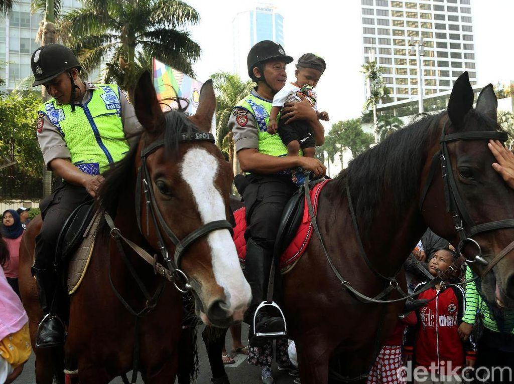 Seru Banget, Anak-anak Naik Kuda Patroli Polisi di CFD
