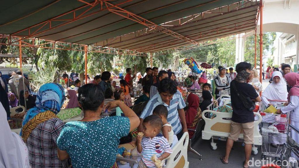 Potret Korban Gempa NTB Dirawat di Halaman Rumah Sakit