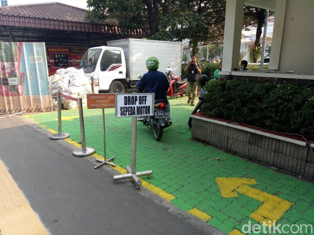 Ada Drop Off di Balai Kota, Driver Ojol-Penumpang Sama-sama Senang