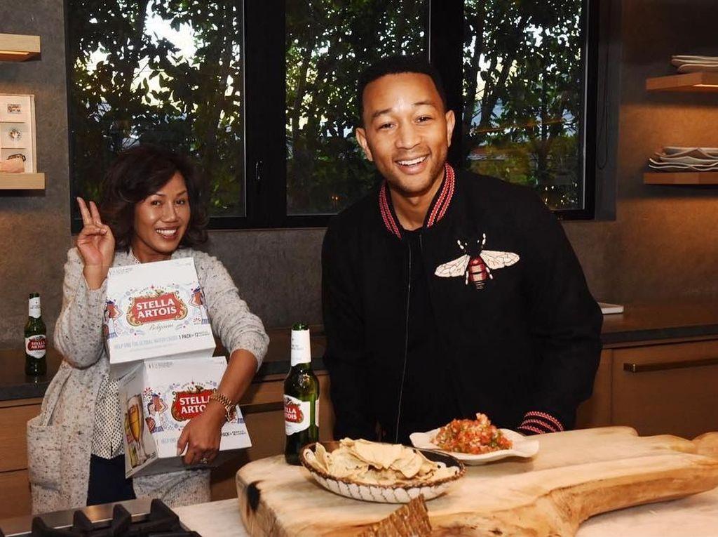 Begini Serunya Momen Makan Ayam Goreng Hingga Gelato Penyanyi John Legend