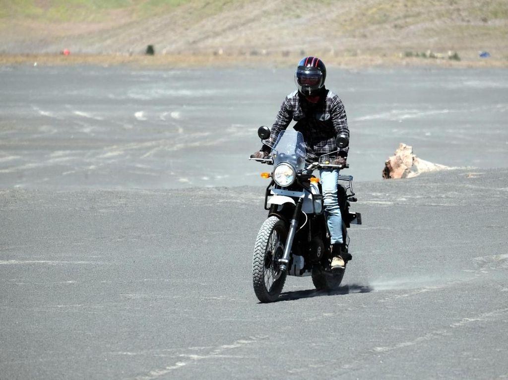Aksi Si Ganteng Dikta Yovie & Nuno Touring Motor di Bromo