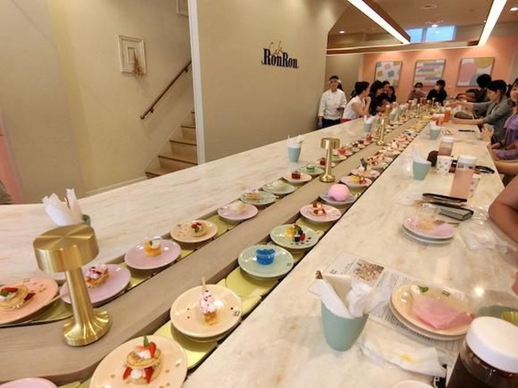 Keren! Resto Ini Sajikan Dessert All You Can Eat di Conveyor Belt