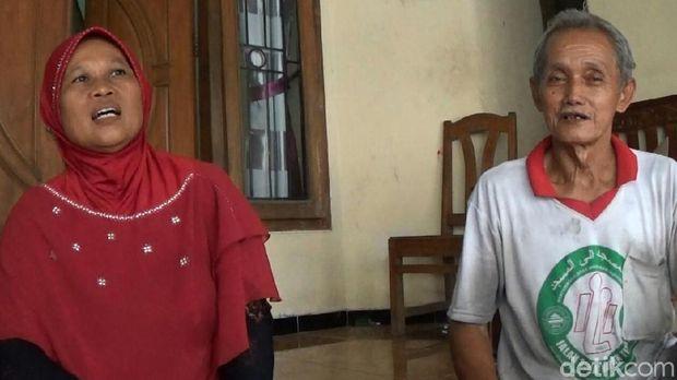Kakek Safuan bersama istrinya.