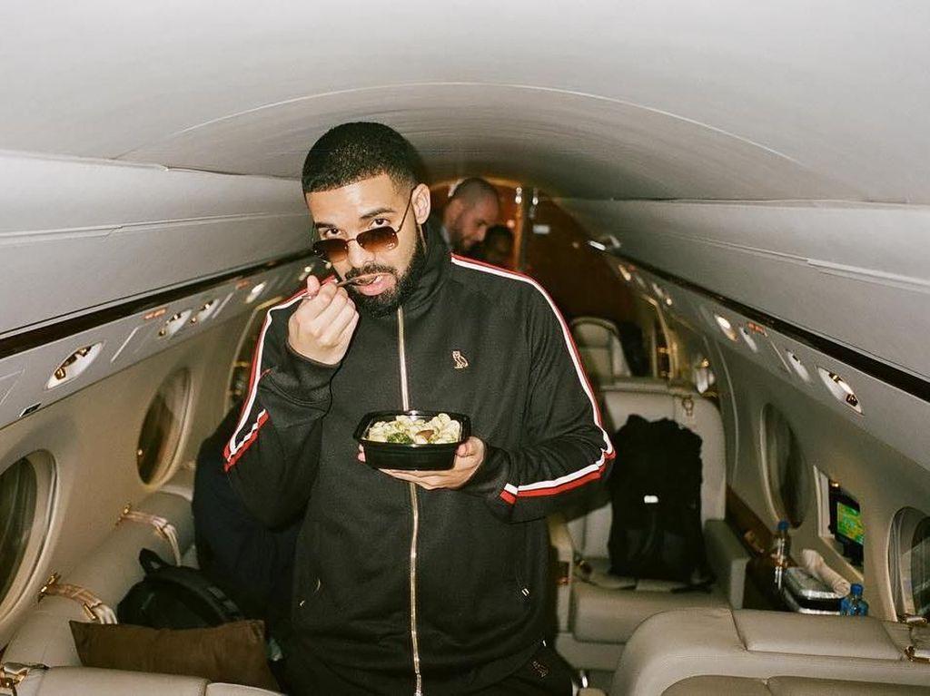 Begini Gaya Drake Saat Minum Champagne dan Makan Bareng Keluarga