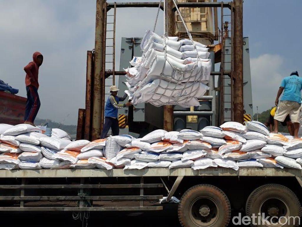 Tekan Harga, Bulog Kucurkan Beras Impor dari 4 Negara ke Pasar