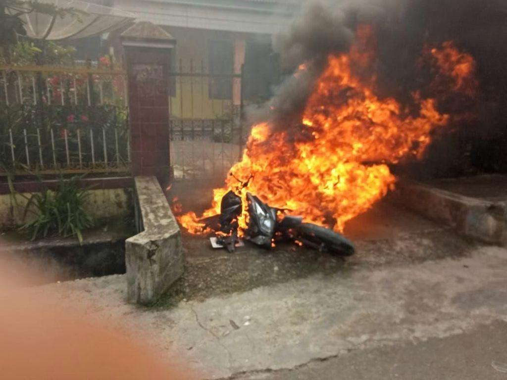 Penampakan Brutalnya Bentrok di Jambi, Mobil dan Motor Dibakar