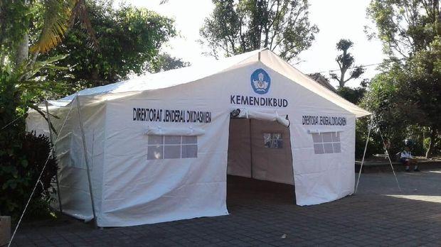 Tenda Kemdikbud yang didirikan sebagai tempat belajar-mengajar sementara.