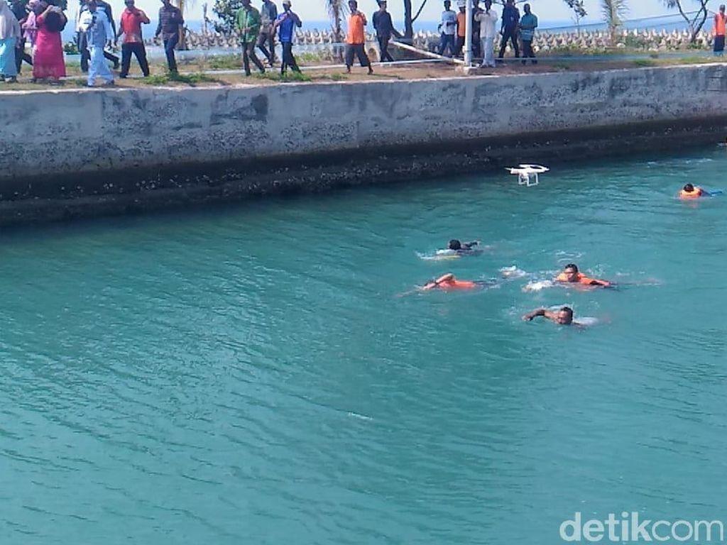 Video: Sandiaga Berenang Saat Berkantor di Kepulauan Seribu