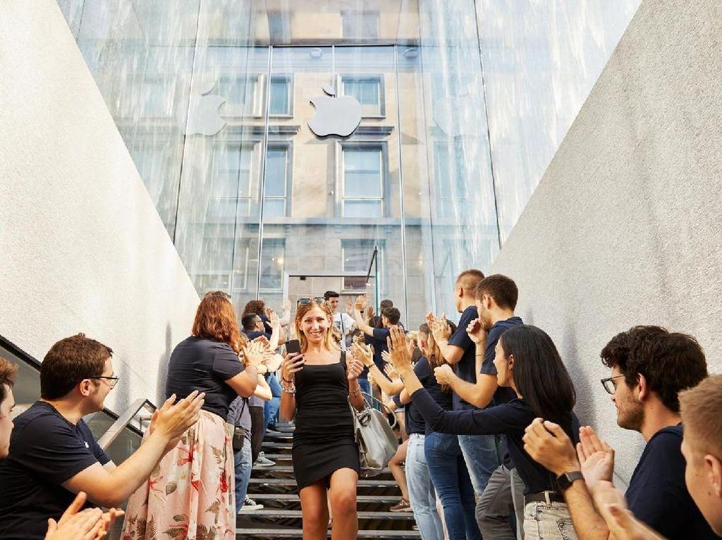 Segarnya Toko Apple di Milan Berdinding Air Mancur