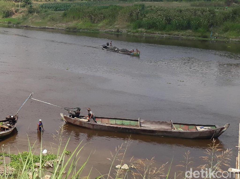 Sungai Bengawan Solo Tercemar Limbah Ancam Pertanian Warga