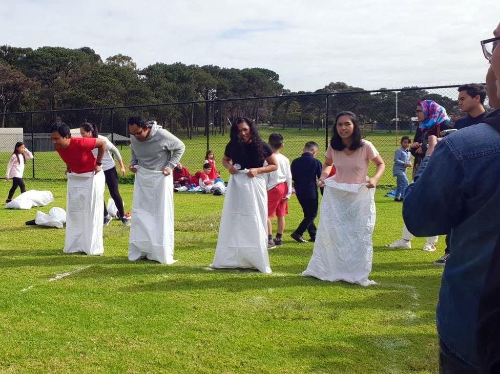 Foto: Serunya Lomba Balap Karung & Tarik Tambang di Perth
