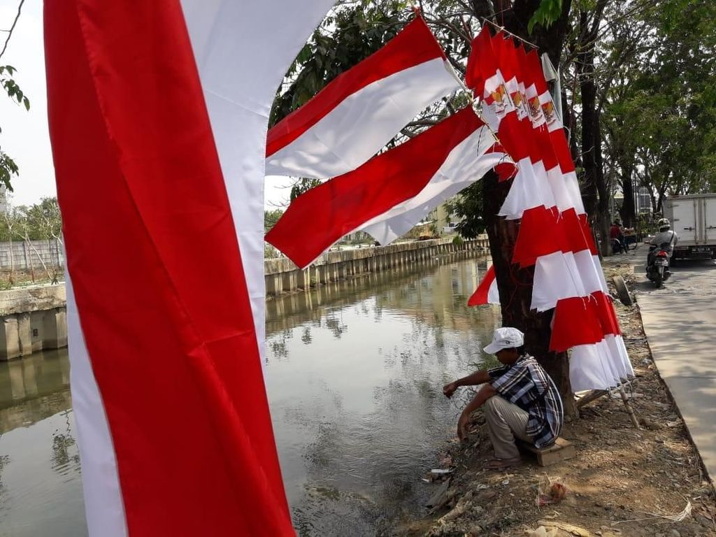 Penjual Bendera Merah-Putihkan Jalanan Bekasi Jelang Agustusan