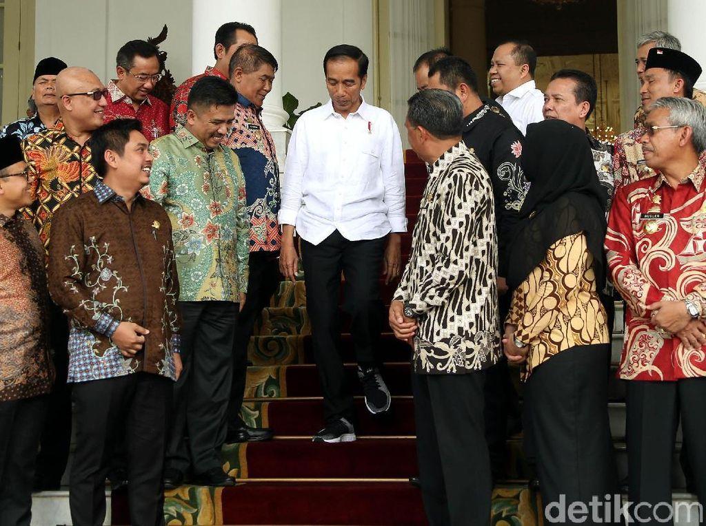 Gaya Jokowi saat Foto Bareng Bupati Seluruh Indonesia