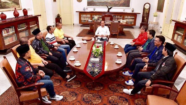 Pesan Politik Sneakers Jokowi
