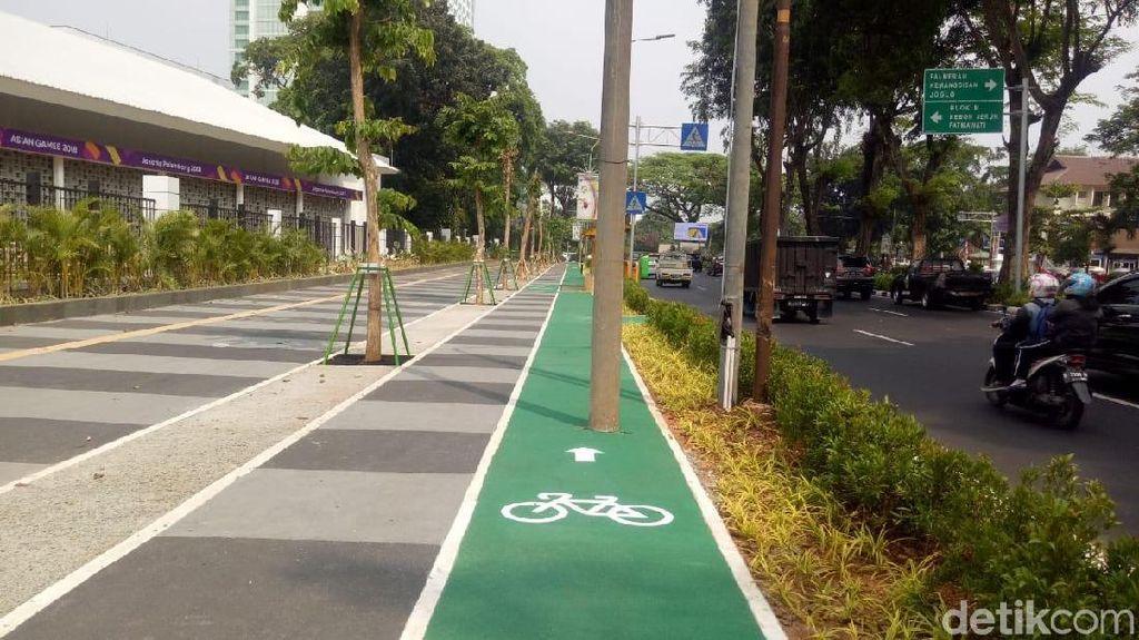 Penampakan Jalur Sepeda Berhalang Rintang Tiang di Gate GBK