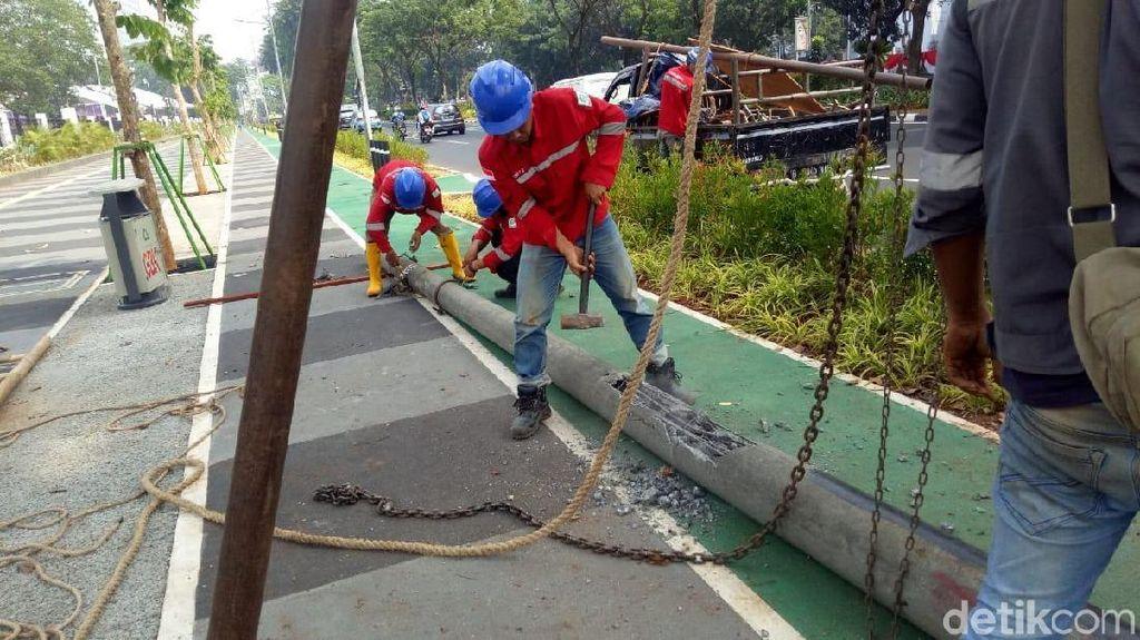 Foto: Tiang Halang Rintang di Jalur Sepeda Gate GBK Dicabut