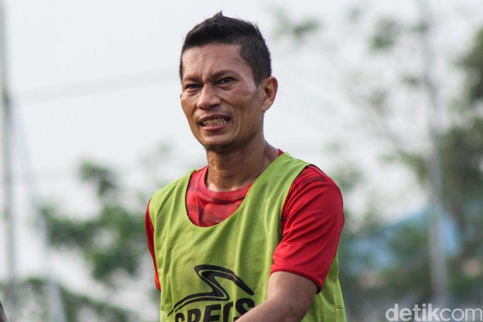 Ismed Sofyan sedang dirundung gosip. Pesepakbola yang kini tercatat berusia 38 tahun itu diduga berselingkuh dari istrinya.