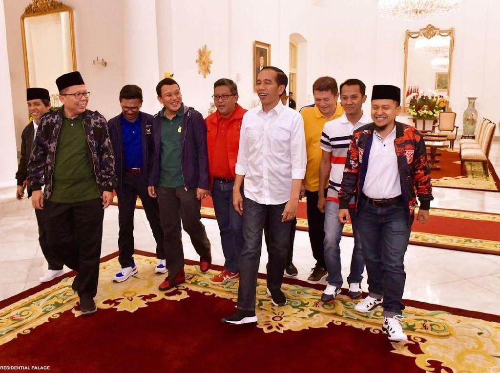 Adu Gaya Jokowi dan Sandiaga Uno Pakai Sneakers Lokal, Keren Mana?