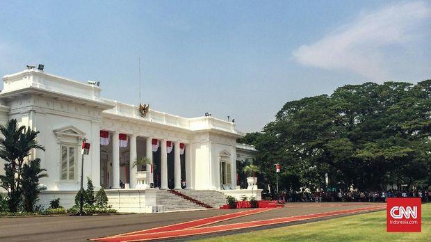 Pasukan Upacara Kemiliteran yang terdiri dari Pasukan Pengamanan Presiden Paspamres, TNI AL, dan TNI AD