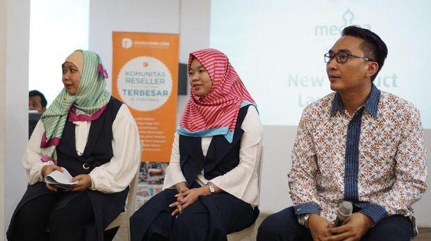 (Kiri ke kanan) Dewi Hendrati (GM Marcomm Dusdusan), Hanny, Teguh Hasdianto/