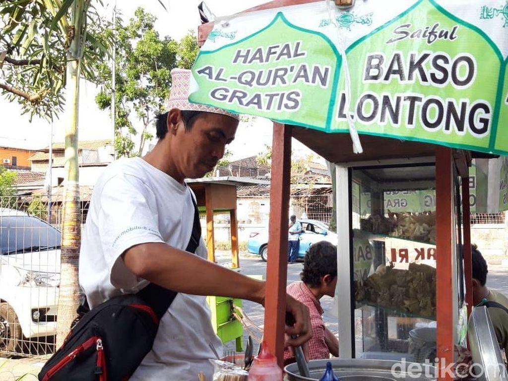 Dengar Azan, Penjual Bakso Gratis Langsung Tinggalkan Jualan