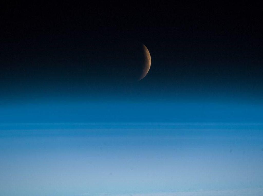 Penampakan Gerhana Bulan dari Luar Angkasa