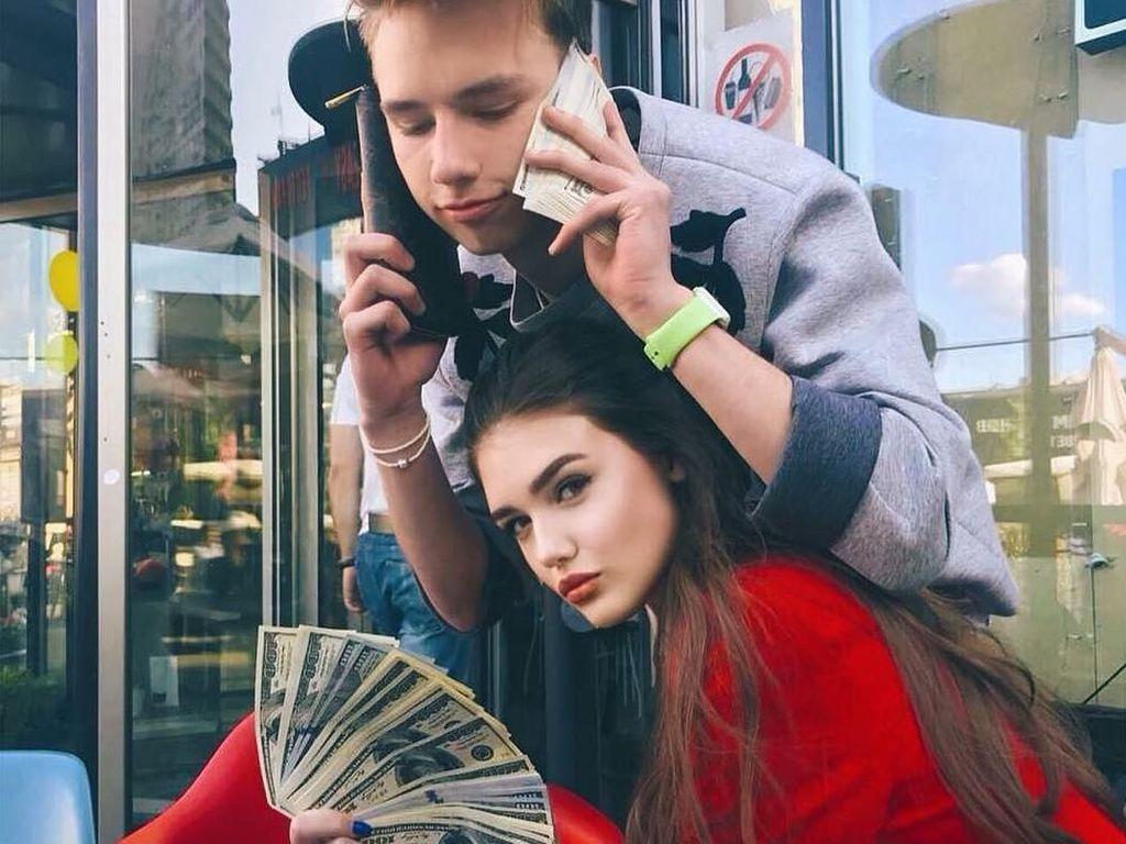 Viral, Video Anak-anak Tajir Rusia Bagi-bagi Uang di Jalan yang Kontroversial