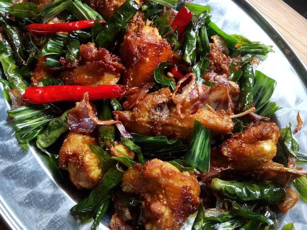 Harum Berempah Ayam Tangkap Plus Nasi Putih Enak Buat Makan Siang