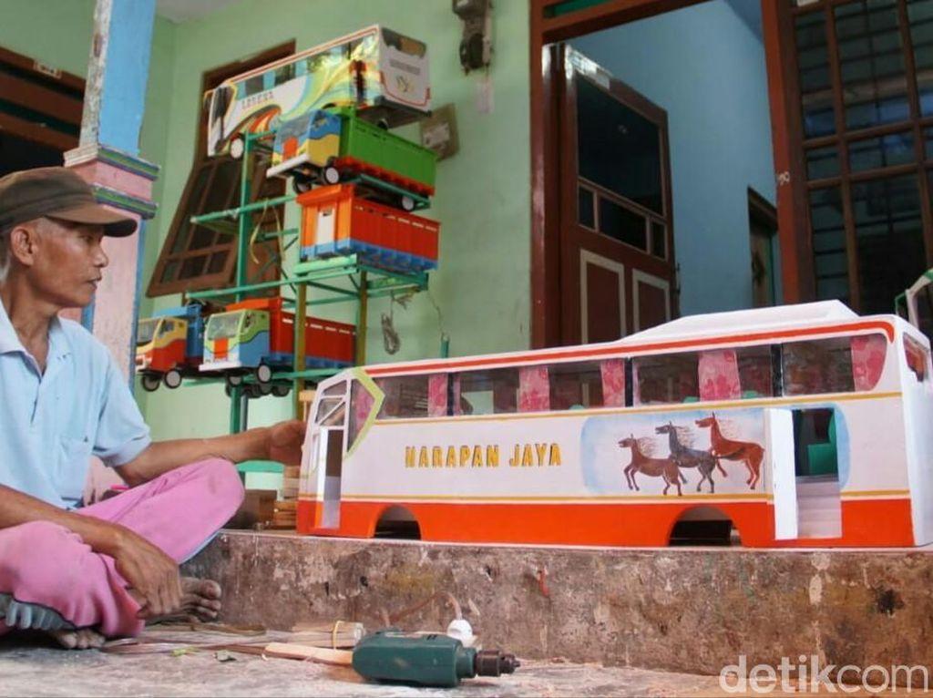 Cerita Sukses Keluarga di Jombang 10 Tahun Tekuni Miniatur Bus-Truk