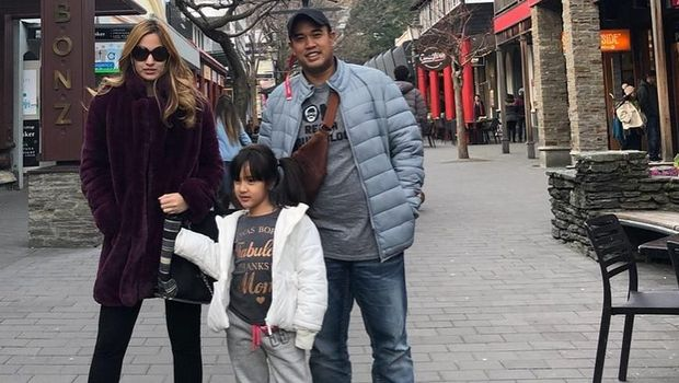 Nia Ramadhani bersama sang suami dan putrinya