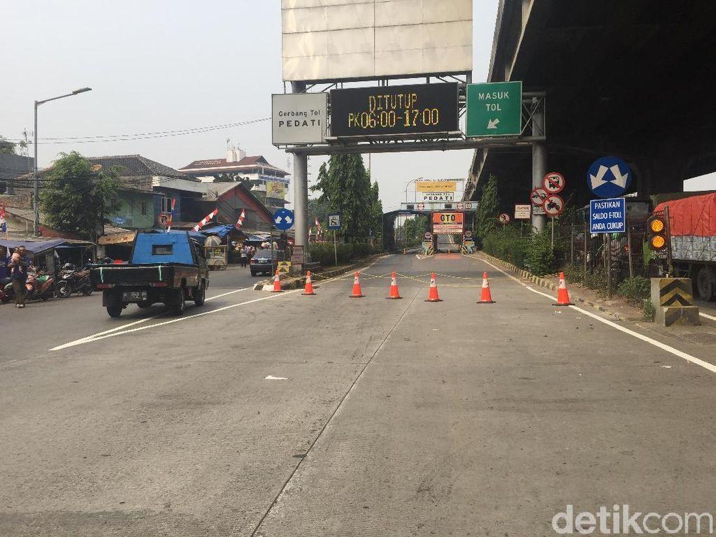 Polisi Halau Massa Buruh yang Coba Masuk Tol Pedati