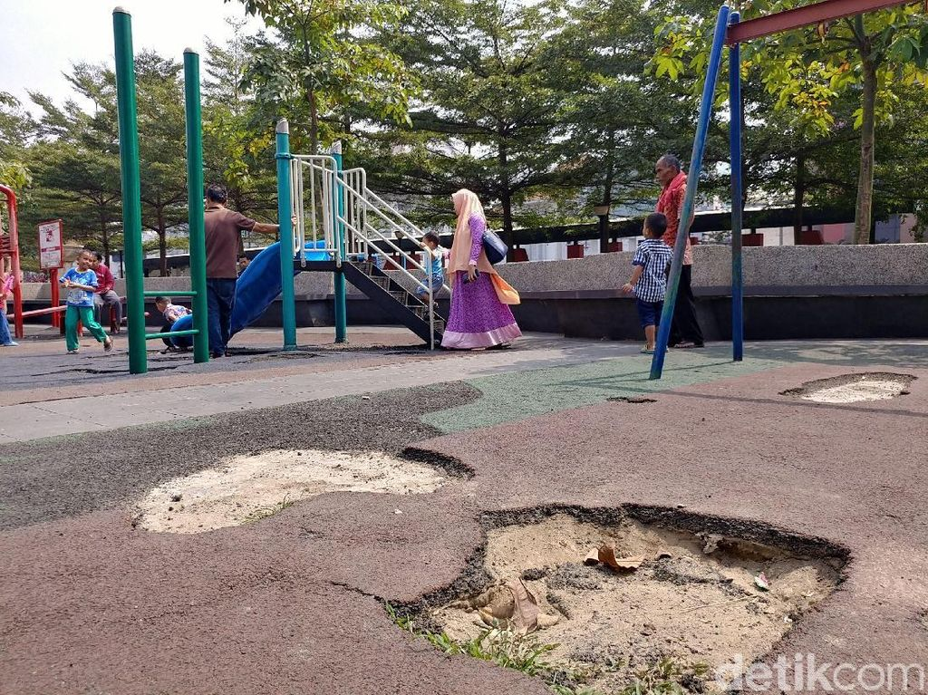 Potret Kerusakan Taman Alun-alun Bandung