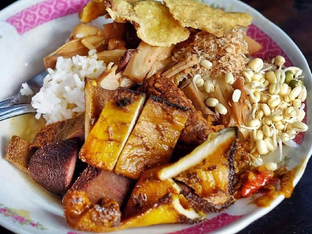 Sarapan Mantap Nasi Bhuk Khas Madura dengan Lauk Komplet