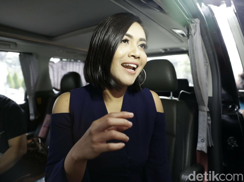 Demi Sang Buah Hati, Denada Bawa Boneka Teddy Bear ke Singapura