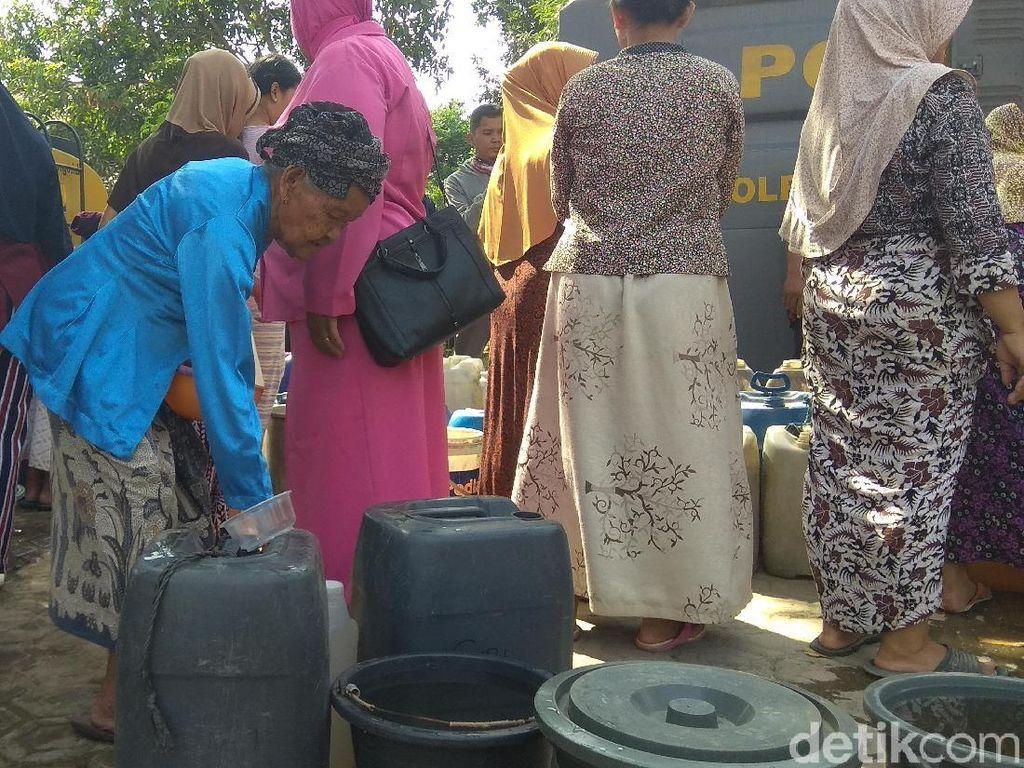 Kala Nenek Renta di Karawang Berdesakan Antre Air Bersih