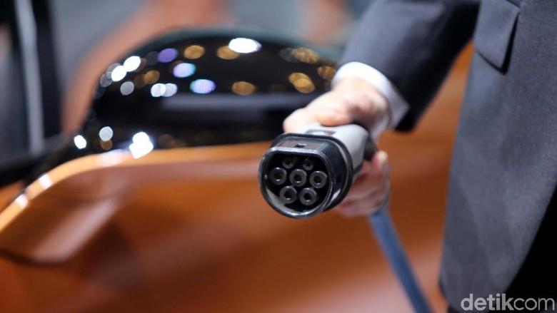 Ilustrasi kendaraan beroda empat listrik Foto: Ari Saputra