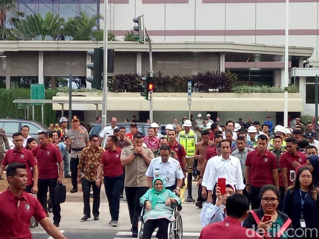 Video: Saat Jokowi Jajal Pelican Crossing Bareng Anies