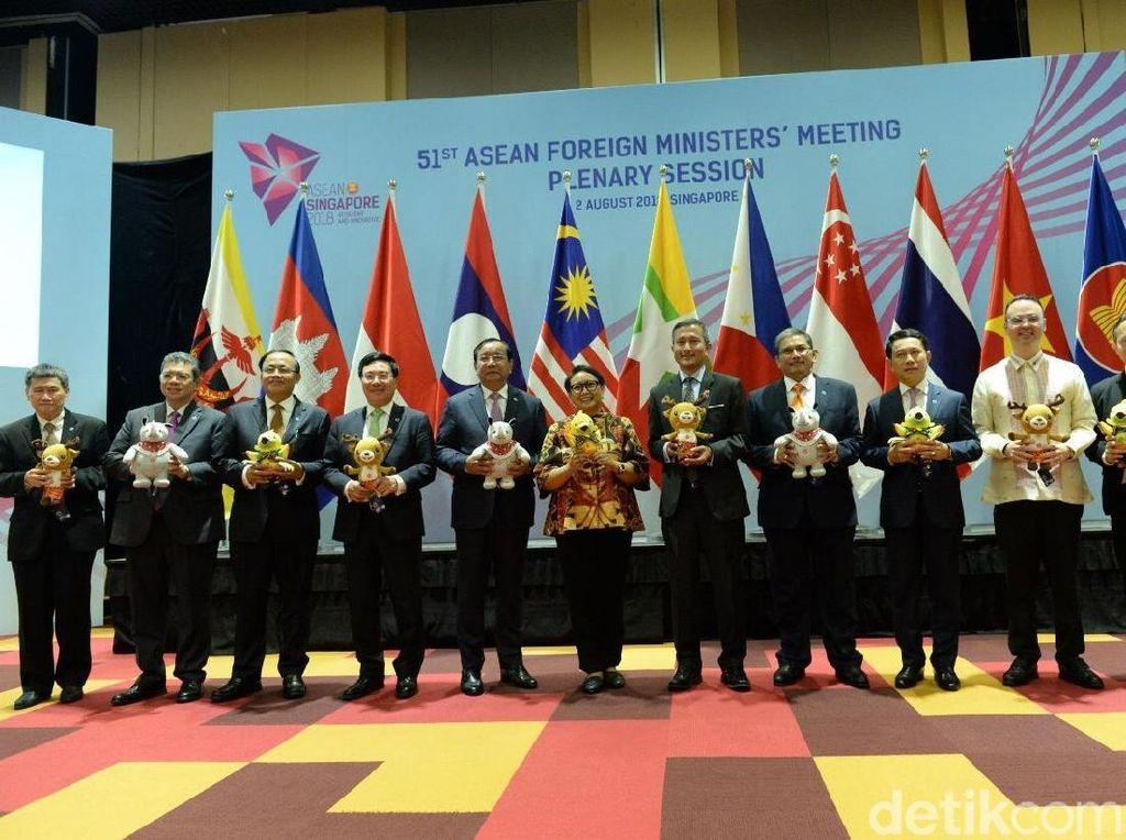 Senyum Para Menlu ASEAN Saat Diberi Boneka Maskot Asian Games