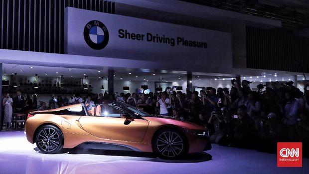 Media mengabadikan gambar saat peluncuran perdana mobil sport listrik BMW i8 Roadster di pameran otomotif Gaikindo Indonesia International Auto Show (GIIAS) 2018 yang berlangsung di ICE BSD, Tangerang (2/8).