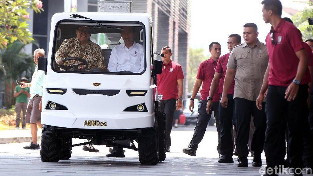 Airlangga Jadi Sopir Mobil Desa untuk Jokowi